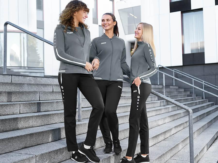Les femmes font du jogging dans les pantalons d'entraînement JAKO