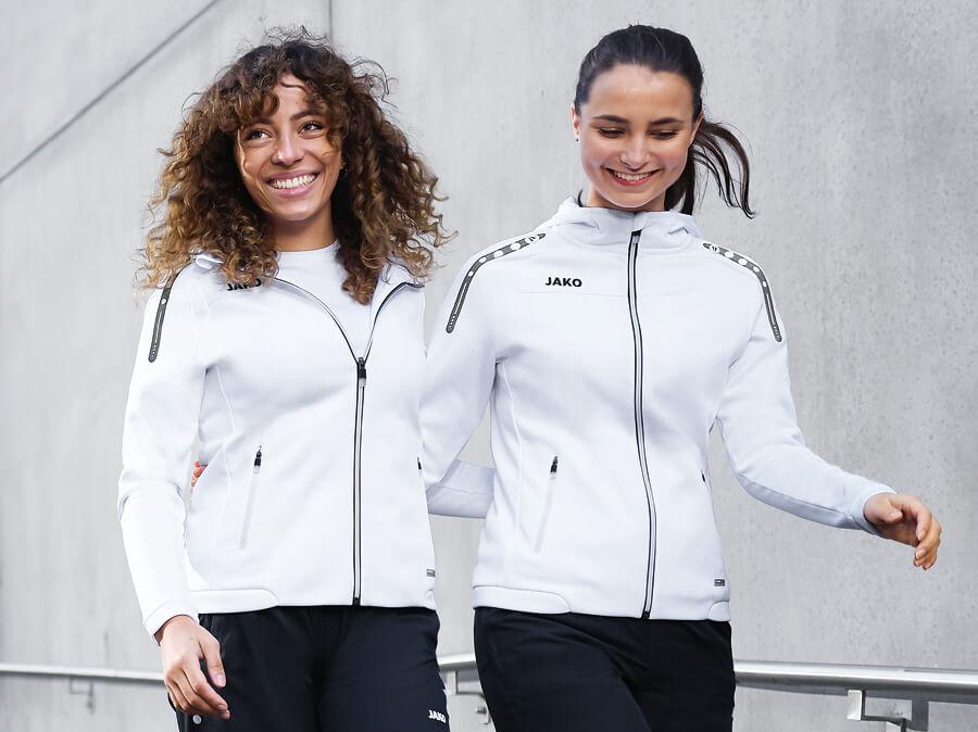 Twee vrouwen dragen trainingsjacks van JAKO
