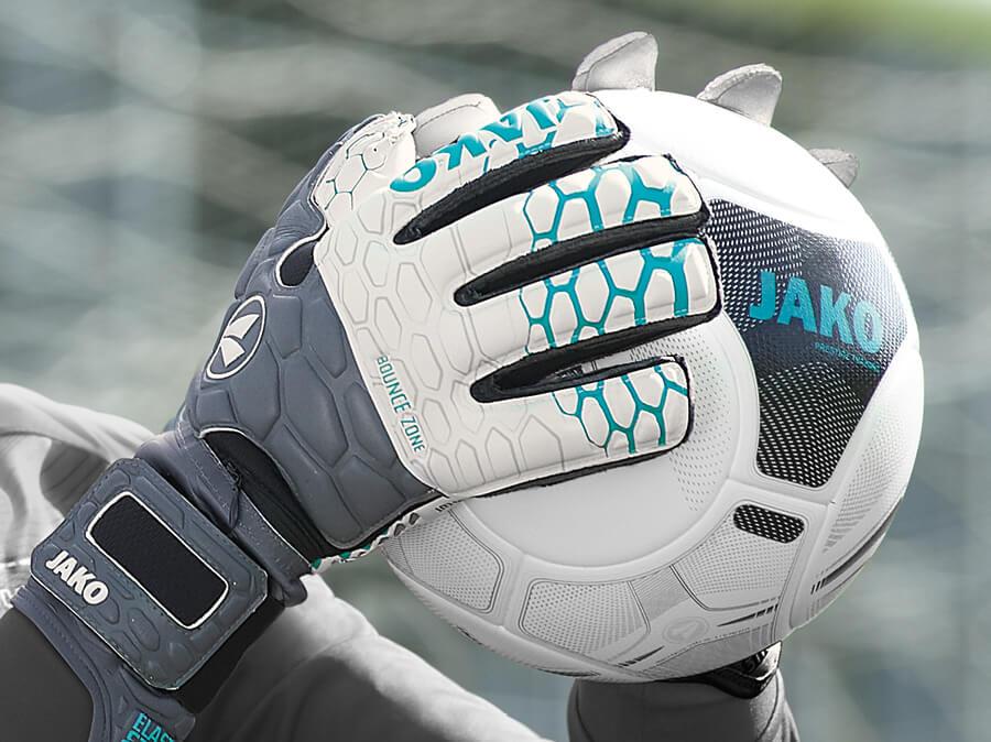 Torwarthandschuhe von JAKO mit einem Fußball