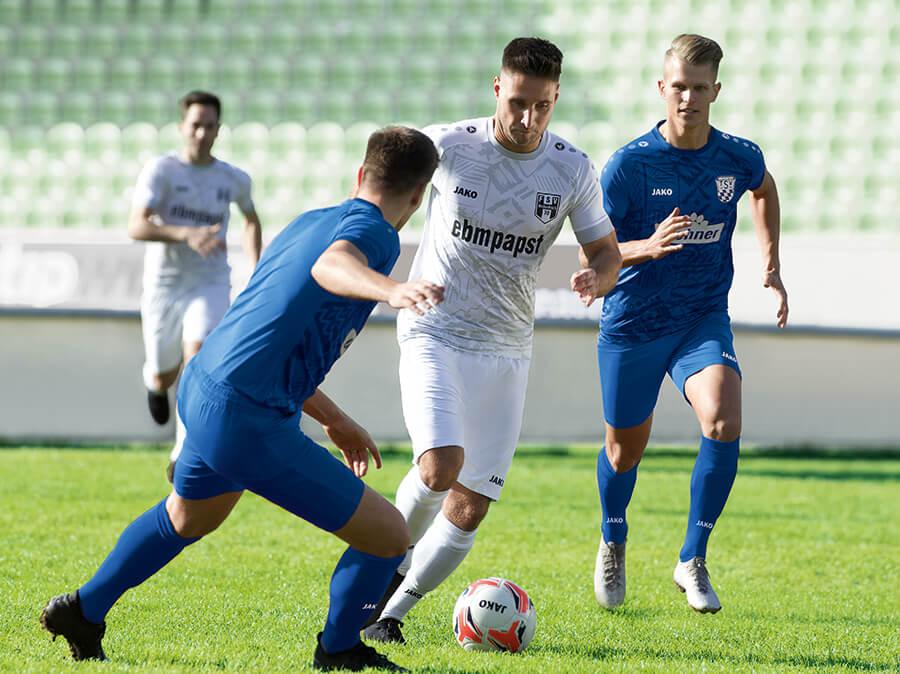 Deux joueurs du FSV Hollenbach dans des maillots JAKO