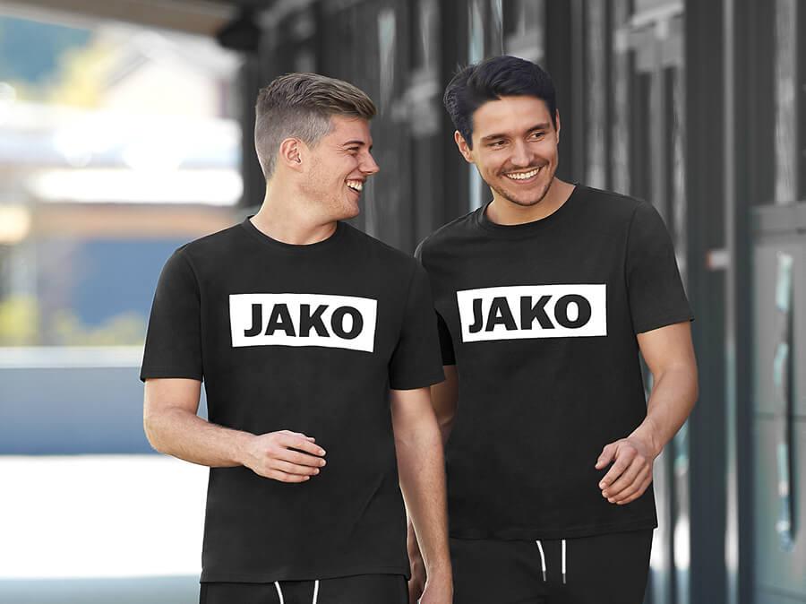 Männer in T-Shirts mit einem JAKO-Logo