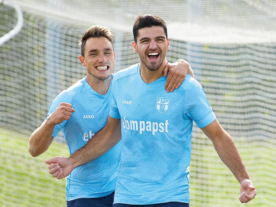 Zwei Spieler des FSV Hollenbach in JAKO Trikots