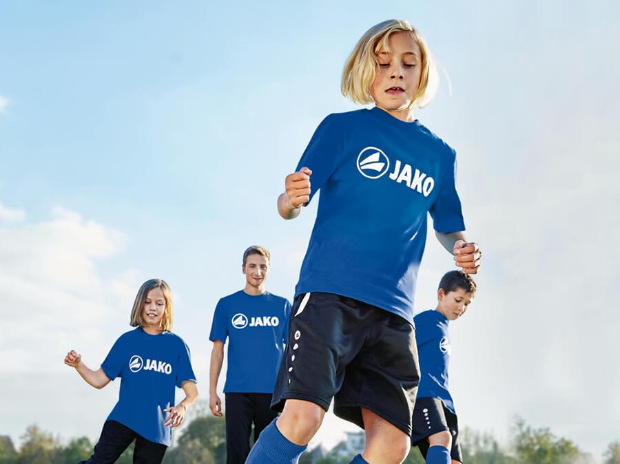 Een groep kinderen in JAKO shirts met bijpassende JAKO shorts