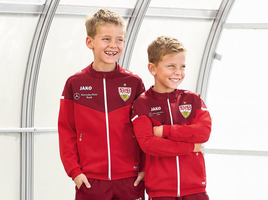 Deux enfants dans des vestes d'entraînement JAKO du VfB Stuttgart